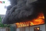 Khói lửa bốc lên nghi ngút tại cửa hàng tạp hóa ở Đồng Nai