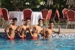 Cầu thủ U19 Việt Nam khoe body săn chắc ở bể bơi
