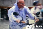 Video: Cụ ông đầu trần cưỡi xe môtô 'làm xiếc' trên con đường ngập lụt