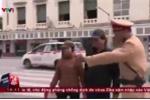 Clip: Cảnh sát giao thông Hà Nội xử phạt người đi bộ
