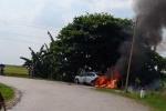 Nhiều người thản nhiên quay phim, chụp ảnh xe ô tô bốc cháy ven đường, không ai giúp dập lửa