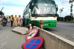 Xe buýt tông văng dải phân cách, cán gãy biển báo giao thông ở Sài Gòn