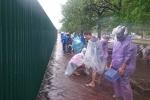 Nhộn nhịp 'lễ hội' bắt cá trên phố Thủ đô trong bão số 3