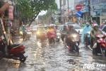 Vừa dứt nóng, Hà Nội đón mưa to máy bay không đáp được