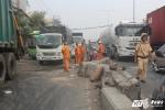 Xe tải tông nát dải phân cách, lật ngang trên quốc lộ