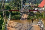 Sập cầu treo ở Đồng Nai, nhiều người cùng xe máy rơi sông