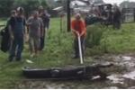 Video: Cá sấu 3 m đớp tay người đàn ông khi hỗn chiến trong bãi bùn