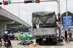 Đang dừng đèn đỏ, người đi xe máy bị xe tải tông gãy xương đùi