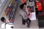 Truy tìm 2 thanh niên nghi dùng súng cướp cửa hàng điện thoại