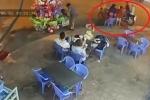 Hai thanh niên cướp túi hạt dẻ của bé bán rong gây phẫn nộ