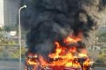 Xe khách bốc cháy ngùn ngụt trên đại lộ Thăng Long
