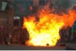 Xe máy chở hơn 5 bình gas phát nổ giữa phố, nam thanh niên thoát chết thần kỳ