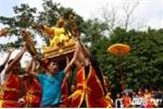 Phi xuống ruộng bắt lộc vua ban trong lễ hội rước vua đền Sái