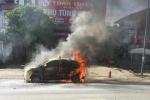 Hà Nội: Xe taxi cháy trơ khung sắt giữa đường
