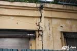 Chung cư 'chờ sập' giữa Thủ đô: Tường nhà nứt toác, dân vật vã leo bộ 10 tầng