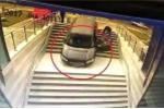 Lao ô tô xuống cầu thang, nữ tài xế thoát nạn trong gang tấc