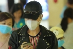 Video: Đức Phúc che kín mặt tại sân bay, nhất quyết không để lộ nhan sắc