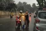 Ngàn người xúc động trước hành động của cô gái trẻ dưới trời mưa tầm tã