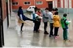 Video: Phẫn nộ cô giáo Trung Quốc đá học sinh vì không làm bài tập về nhà