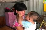 Nước mắt người mẹ trẻ từng muốn đem 2 con cho người khác nuôi để con bớt khổ