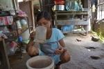 Cô gái kỳ lạ ở Quảng Ngãi: Nặng 25kg, bữa ăn 6 lon gạo, ngày uống 30 lít nước