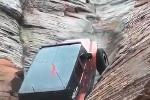 Clip: Ôtô leo vách núi dựng đứng ngoạn mục