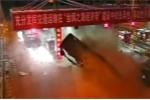 Xe tải chở dưa hấu đâm nát trạm thu phí trong đêm, người dân lao ra 'hôi của'