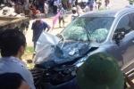 Đang đứng ven đường, 3 người bị ô tô tông thương vong