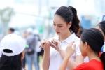 Hoa hậu Biển Thùy Trang được học sinh vây kín xin chữ ký