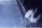 Video: Chồng bế thốc, ném vợ qua lan can gây phẫn nộ