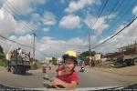 Tránh xe tải, thanh niên đi xe máy tông vào ô tô, ngã 'méo mặt'