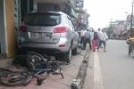 Ô tô 'điên'kéo lê 6 chiếc xe máy hơn chục mét