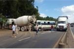 Xe khách lao đầu vào xe bồn, tài xế chết thảm trong cabin