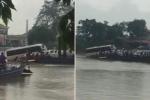 Xe khách sắp trôi tuột xuống nước vẫn bám phà vượt sông ở Hải Dương