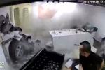Ngồi trong phòng làm việc, nhân viên bị ô tô mất lái đâm trúng người