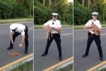 Hành động ấm áp của chàng cảnh sát điển trai khiến người xem 'tan chảy'