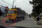 Clip xe máy sang đường, lao thẳng vào đầu xe tải