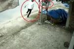 Thanh niên chân trần bất lực đuổi theo kẻ trộm xe máy