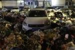 Đỗ xe ẩu, tài xế 'ngậm đắng nuốt cay' nhìn ô tô bị vùi trong 10 tấn rác
