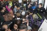Black Friday giảm giá sâu, cảnh chen lấn, xô đẩy xảy ra trên khắp thế giới
