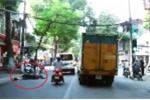 Xe cứu thương lấn làn, luồn lách tông lái xe máy bất tỉnh ở Hà Nội