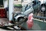 Nam sinh lái ôtô đâm thủng tường ký túc xá, treo lơ lửng trên không