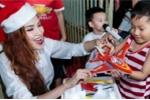 Diễm Hương cùng con trai mang Giáng sinh đến sớm cho trẻ em nghèo