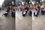 Nữ sinh cấp 3 bị túm tóc, đánh đập dã man trước cổng trường khiến dư luận bức xúc
