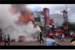 Video: Ba cửa hàng bốc cháy dữ dội lúc giữa trưa