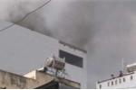 Khách sạn cháy ngùn ngụt ở TP.HCM, nhiều người mắc kẹt