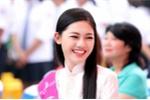 Á hậu Thanh Tú rạng ngời trong ngày trở lại trường Chu Văn An
