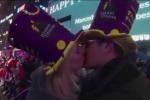 Người Mỹ trao nhau những nụ hôn rực rỡ dưới trời pháo hoa chào năm mới 2017