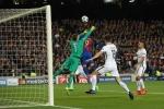 Barca 2-0 PSG: Suarez ghi bàn ngay phút thứ 3, Kurzawa đá phản lưới nhà