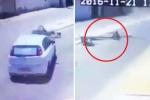 Video: Vừa gượng dậy sau tai nạn xe, người đàn ông lại bị đèn đường đè lên người
